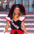 Miss Alsace, en tenue folklorique de sa région, lors de la cérémonie de Miss France 2015 sur TF1, le samedi 6 décembre 2014.