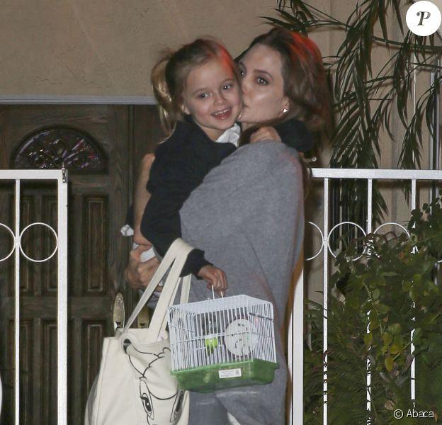 Angelina Jolie avec sa fille Vivienne (6 ans) qui porte un sac Bambi et une cage avec une perruche dedans, à Los Angeles le 8 décembre 2014
