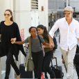 Angelina Jolie et Brad Pitt arrivant à l'aéroport de Los Angeles avec leurs enfants Zahara et Maddox en provenance de Londres, le 14 juin 2014.