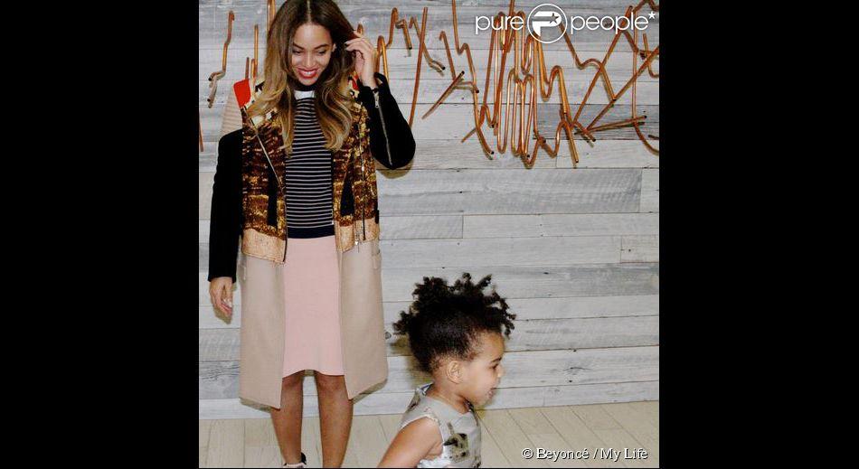 Beyoncé pose pour une photo. Sa fille Blue Ivy passe à toute allure devant l'objectif ! Photo publiée sur le site de Beyoncé le mardi 16 décembre 2014.