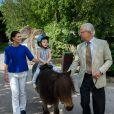 La princesse Victoria de Suède et sa fille la princesse Estelle avec le roi Carl XVI Gustaf de Suède au parc zoologique de Skansen en 2014