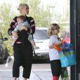 Gwen Stefani et son mari Gavin Rossdale se rendent à une fête d'anniversaire avec leurs enfants Apollo et Zuma, le 21 décembre 2014.