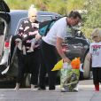 Gwen Stefani et son mari Gavin Rossdale se rendent à une fête d'anniversaire avec leurs enfants Apollo et Zuma à Los Angeles, le 21 décembre 2014