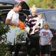 Gwen Stefani et son mari Gavin Rossdale se rendent à une fête d'anniversaire avec leurs enfants Apollo et Zuma à Los Angeles, le 21 décembre 2014.