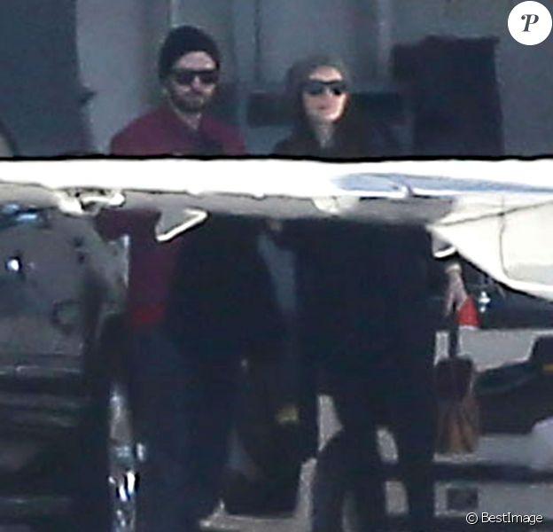 Jessica Biel enceinte et son mari Justin Timberlake prennent un jet privé avec des membres de leur famille à l'aéroport de Van Nuys, le 28 décembre 2014.