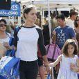 Katie Holmes (espadrilles Chanel) et sa fille Suri au Farmers Market à Calabasas, le 11 octobre 2014.