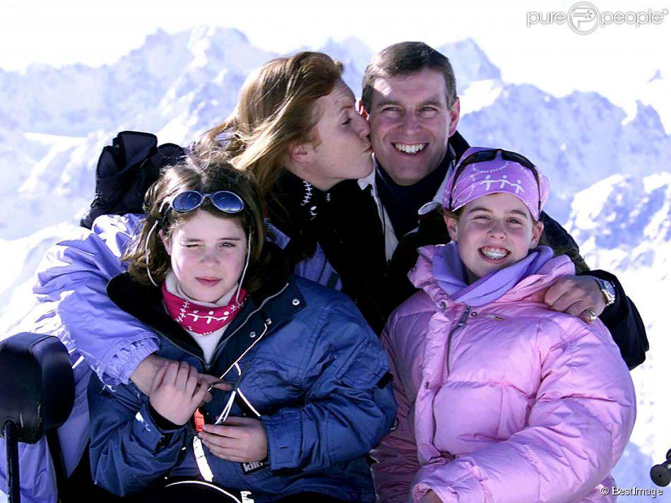 Sarah Ferguson, duchesse d'York, le prince Andrew, duc d'York, et leurs filles les princesses Eugenie et Beatrice en 2001 à Verbier, dans les Alpes suisses.