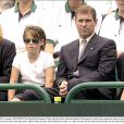 Sarah Ferguson, duchesse d'York, le prince Andrew, duc d'York, et leurs filles Eugenie et Beatrice en 2000 devant un tournoi de tennis caritatif à Buckingham