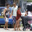 Chris Hemsworth et sa femme Elsa Pataky en famille promenant leurs jumeaux Tristan et Sasha à Byron Bay en Australie le 21 décembre 2014