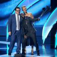 Kaley Cuoco, Josh Gad et Kevin Hart lors des People's Choice Awards 2015 au Nokia Theatre LA Live de Los Angeles le 7 janvier 2015