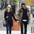 Emma Stone, mécontente de voir les photographes, et son compagnon Andrew Garfield se promènent main dans la main dans les rues de New York, après avoir déjeuné ensemble. Le 25 novembre 2014