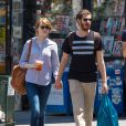 Emma Stone et son petit-ami Andrew Garfield font du shopping à New York, le 23 juin 2014.