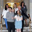 Chelsea Clinton Mezvinsky, son mari Marc Mezvinsky et leur fille Charlotte posent avec Bill et Hillary Clinton à leur sortie de l'hôpital à New York, le 29 septembre 2014.