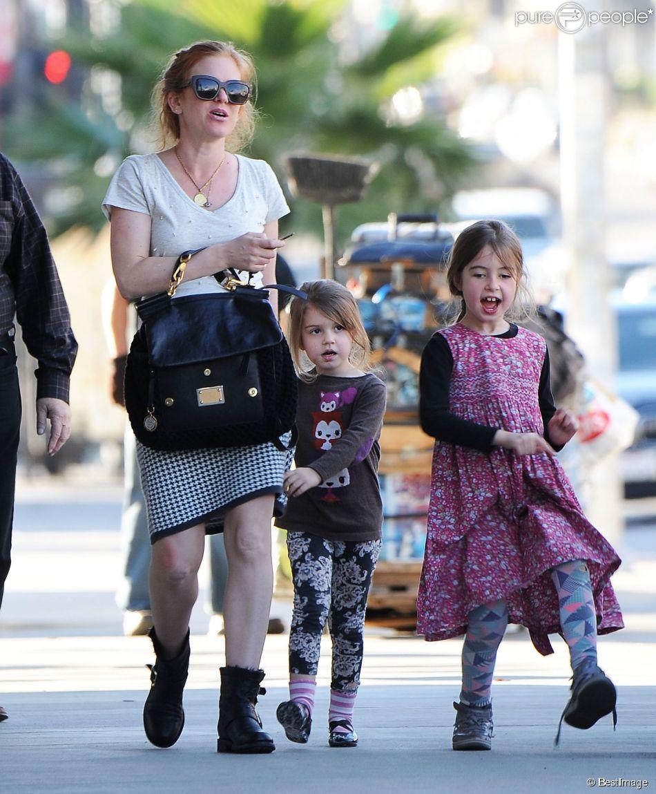 Exclusif - Isla Fisher, enceinte, se promène avec ses adorables filles Elula et Olive Cohen à West Hollywood, le 16 janvier 2015.
