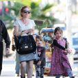 Exclusif - Isla Fisher, enceinte : promenade avec ses filles Elula et Olive Cohen à West Hollywood, le 16 janvier 2015.