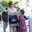 Exclusif - Isla Fisher, enceinte : Moment de complicité avec ses filles Elula et Olive Cohen à West Hollywood, le 16 janvier 2015.