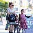Exclusif - Isla Fisher, enceinte, se promène avec ses filles Elula et Olive Cohen à West Hollywood, le 16 janvier 2015.