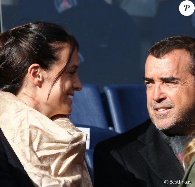 """Arnaud Lagardère et sa femme Jade Foret - Amoureux complices au match de de la ligue 1 entre le PSG et Evian au Parc des Princes à Paris le 18 janvier 2014. Le Psg à remporté le match sur le score de 4 buts à 2. Il y a eu une minute d'applaudissements pour les attentats de la semaine dernière """"Ici, c'est Charlie"""""""