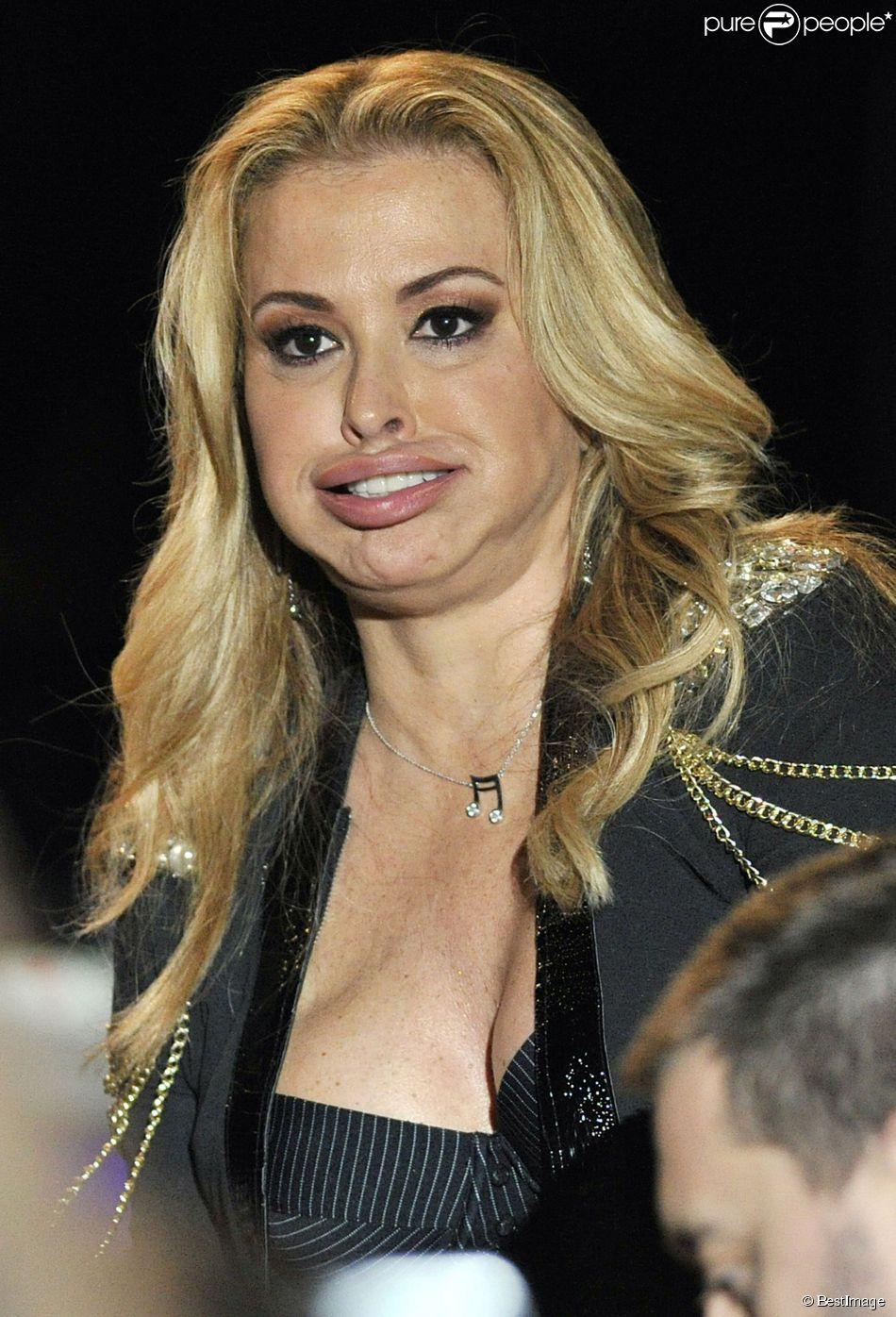 La chanteuse Anastacia victime du tabloïd allemand Bild qui a mal retouché ses photos pour faire croire qu'elle avait abusé du Botox, en concert le 15 janvier à Padoue.