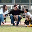 Tom Cruise et Katie Holmes à Los Angeles regardant un match de foot avec Connor Cruise le 6 novembre 2005
