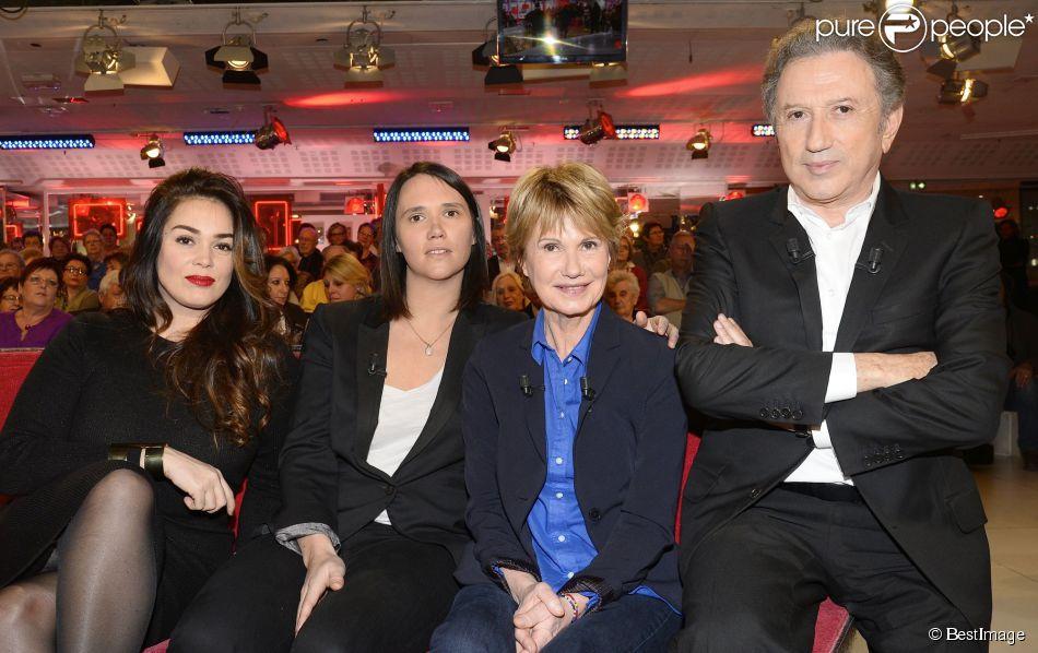 """Lola Dewaere, Jeanne Herry avec sa mère Miou-Miou et Michel Drucker - Enregistrement de l'émission """"Vivement Dimanche"""" à Paris le 4 février 2015. L'émission est diffusée le 8 février."""