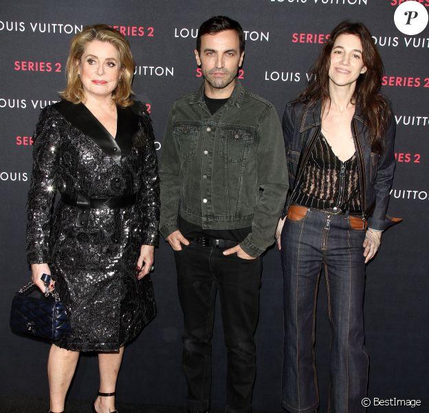 """Catherine Deneuve, Nicolas Ghesquière et Charlotte Gainsbourg assistent au vernissage de l'exposition """"Series 2 - Past, Present And Future"""" présentée par Louis Vuitton. Los Angeles, le 5 février 2015."""