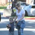 Hilary Duff emmène son fils Luca faire du shopping chez Ralph's le jour de la Saint-Valentin à Beverly Hills, le 14 février 2015.