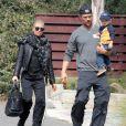 Fergie et son mari Josh Duhamel se promènent avec leur fils Axl à Brentwood, le 20 février 2015