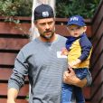 La chanteuse Fergie et son mari Josh Duhamel se promènent avec leur fils Axl à Brentwood, le 20 février 2015