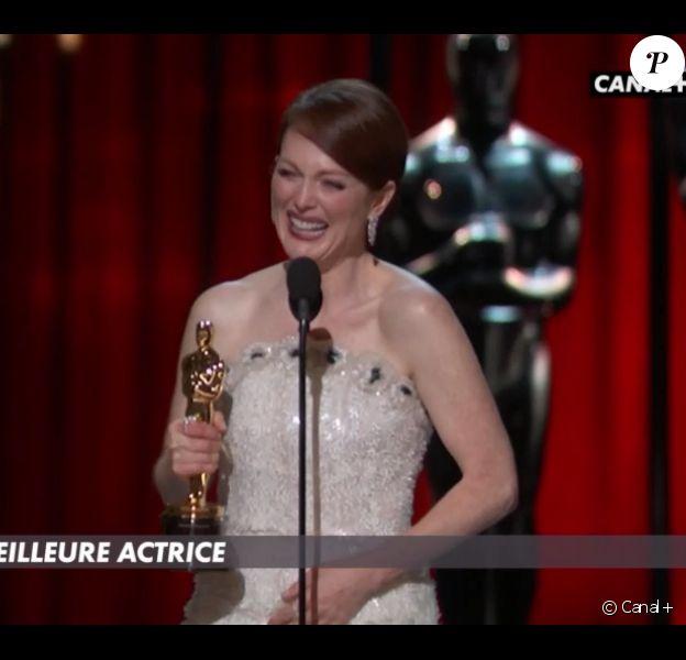 Oscars 2015 : Matthew McConaughey remet le prix de la meilleure actrice à  Julianne Moore pour Still Alice