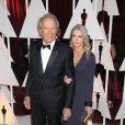 Clint Eastwood et sa compagne Christina Sandera à la 87e cérémonie des Oscars à Hollywood, le 22 février 2015.