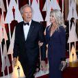 Clint Eastwood et sa jeune compagne à la 87e cérémonie des Oscars à Hollywood, le 22 février 2015.