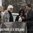 Shannen Doherty et  Chris Cortazzo  en promenade à Paris, le 23 février 2015. Après un déjeuner au restaurant indien Kashmir (Saint-Germain), ils ont rendu visite au canadien Paul Watson sur le bateau Brigitte Bardot, actuellement sur la Seine.