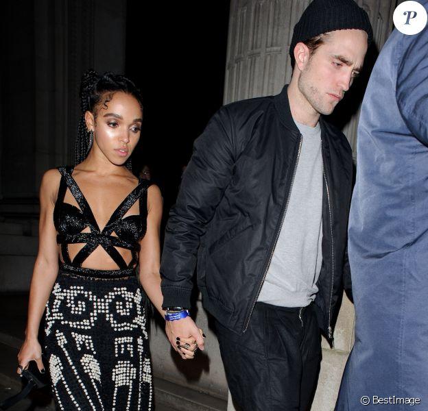 Robert Pattinson et sa petite-amie FKA Twigs arrivent à l'after-party des Brit Awards organisé par Warner Music 2015 à Londres, le 25 février 2015.