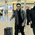 Robert Pattinson arrive à l'aéroport de Londres, le 25 février 2014.