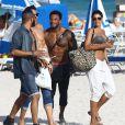 """""""Nicole Murphy et des amis (dont David McIntosh) se détendent sur une plage de Miami, le 1er mars 2015."""""""