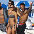 """""""La sexy Nicole Murphy et ses amis (dont David McIntosh, à droite) se détendent sur une plage de Miami, le 1er mars 2015."""""""