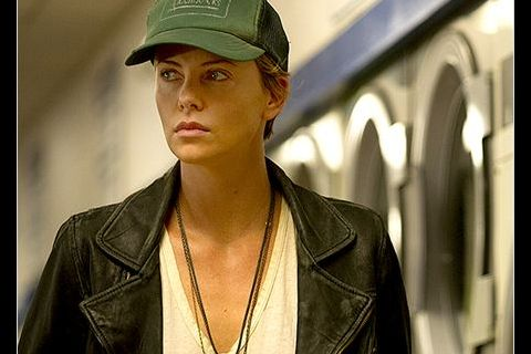 Charlize Theron tourmentée face à l'ex de Jennifer Lawrence dans ''Dark Places''