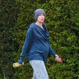 Lena Headey, au naturel, dévoile son baby bump en se baladant à Van Nuys, Los Angeles, le 11 mars 2015.