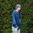 Lena Headey dévoile son baby bump en se baladant au naturel à Van Nuys, Los Angeles, le 11 mars 2015.
