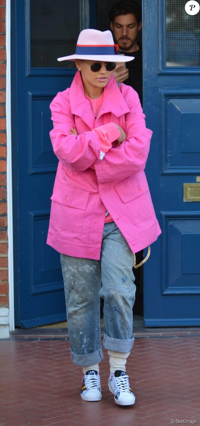 Rita ora quitte son domicile londres chapeau rose for Rose a domicile