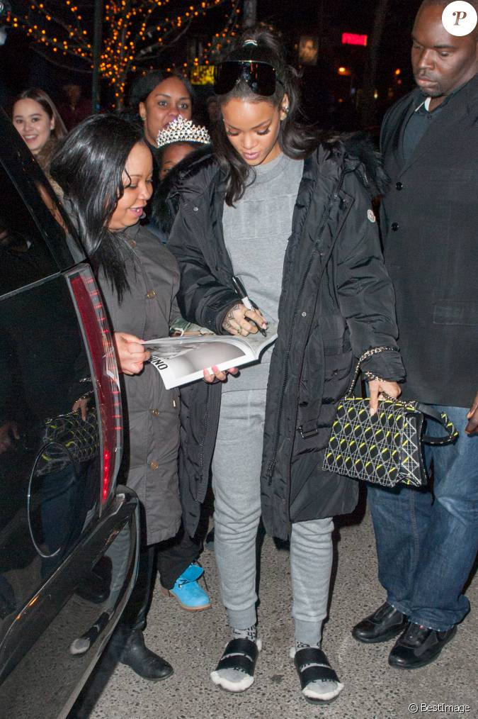 rihanna de sortie new york porte un manteau moncler un pull et un jogging puma un sac noir. Black Bedroom Furniture Sets. Home Design Ideas