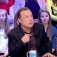 Julien Lepers et Guillaume de Tonquédec sur le plateau des Enfants de la télé sur TF1, le 20 mars 2015.
