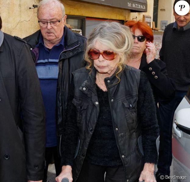 Semi-Exclusif - Brigitte Bardot accompagnée par les proches lors des obsèques de Gérard Montel, son coiffeur, ami et confident en l'église de l'Assomption à Saint-Tropez, le 19 mars 2015.