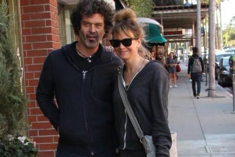 Renée Zellweger, tout sourire avec son chéri, affiche sa silhouette longiligne