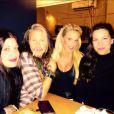 Steven Tyler avec ses filles Mia et Liv et le mannequin Heidi Albersten mercredi 25 mars 2015 dans un restaurant à New York.
