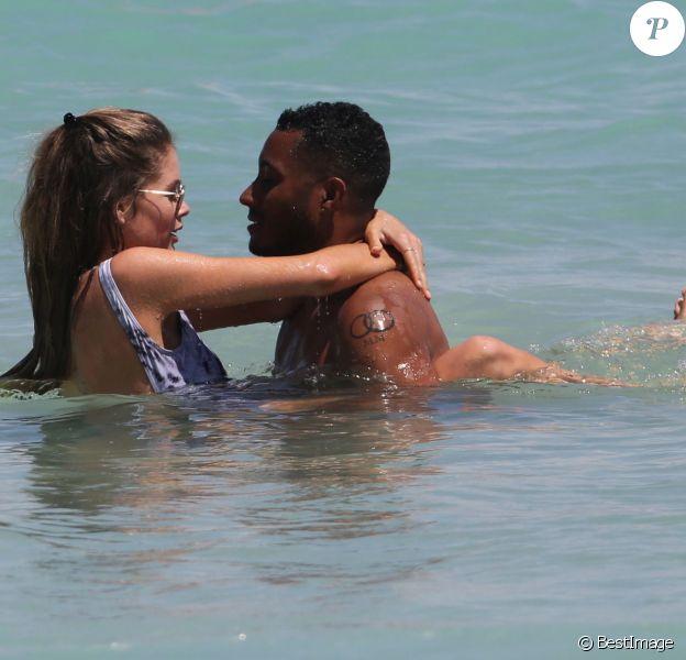 Doutzen Kroes profite de la plage à Miami avec son mari Sunnery James qui fêtait son anniversaire. Le 30 mars 2015.