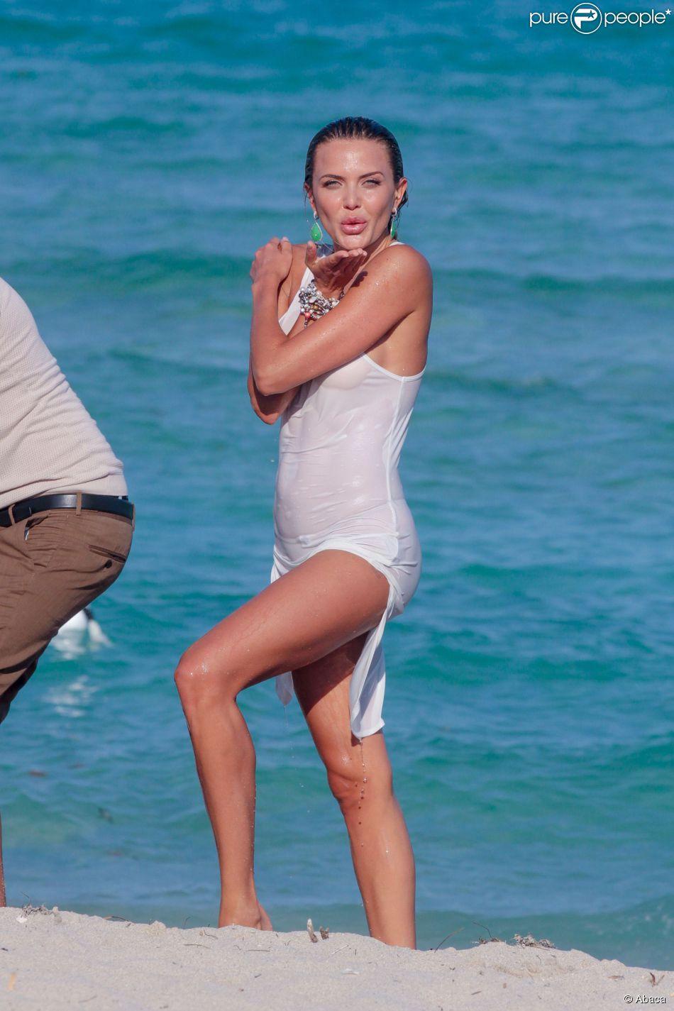 Tetyana Veryovkina était en shooting avec le photographe Roberto Rocco sur la plage de Miami le 31 mars 2015