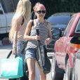 Nicole Richie, les cheveux teints en rose, se promène avec des amies à Beverly Hills, le 4 avril 2015.