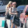 Exclusif - Nicole Richie, les cheveux teints en rose, fait du shopping avec une amie à Beverly Hills , le 4 avril 2015. La rumeur disait que Nicole Richie attendrait son 3ème mai vu sa tenue cela semble difficile à croire.  Exclusive - For Germany Call For Price - Reality star Nicole Richie spotted out shopping with friends in Beverly Hills, California on April 4, 2015. Rumors were swirling that Nicole was pregnant with baby number 3 but its hard to tell with her loose fitting tank top.04/04/2015 - Beverly Hills